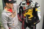 Moto2-klassi MarcVDS meeskonna võistluskombe, milles higistades Mika Kallio tuli 2014. aastal ajaloolisele hõbedale. Alghind 1000 eurot.